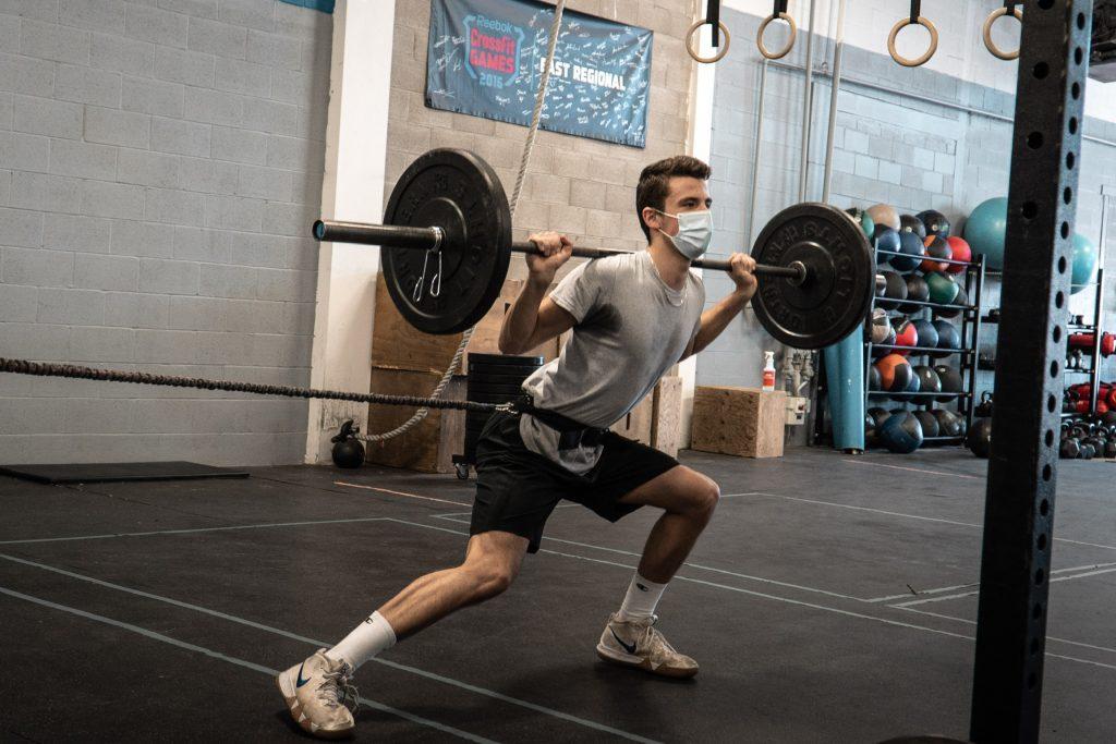 Un athlète effectue un déplacement latéral avec résistance